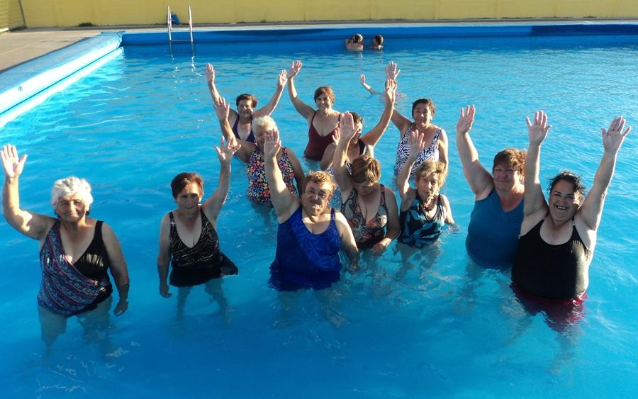Floatie adulto atractivo de la piscina